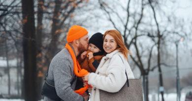 Rodiče s miminkem v zimě